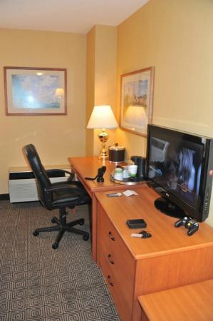 Hampton Inn by Hilton Vancouver Airport: vue sur le coin bureau