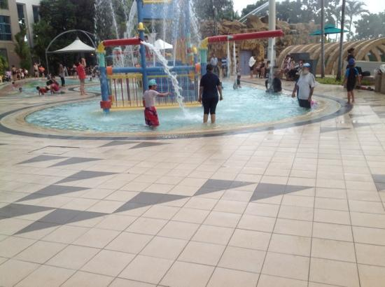 Jurong East Swimming Complex : kids play pools