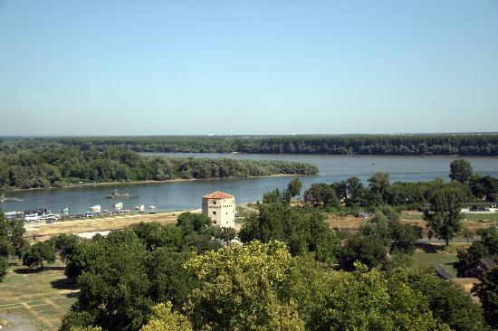 Nebojsa Tower: Torre Nebojsa com o rio Danúbio ao fundo
