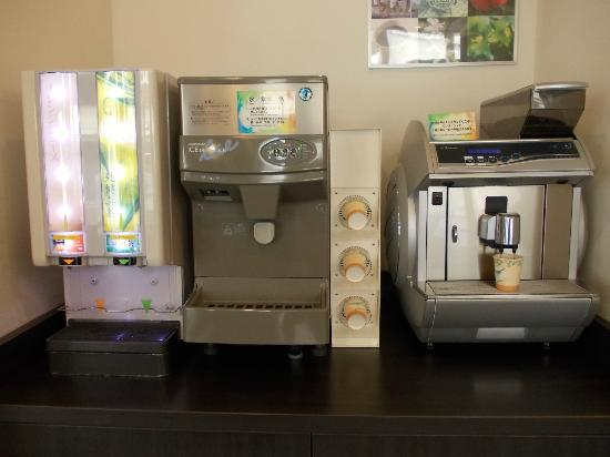 Comfort Hotel Naha Prefectural Office: Free coffee and juice machines