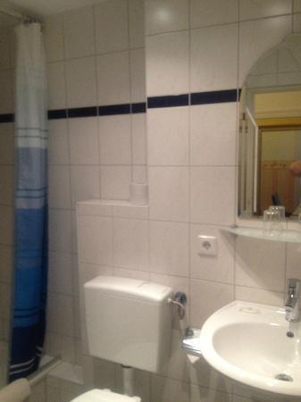 Al Vita City Pension: bathroom
