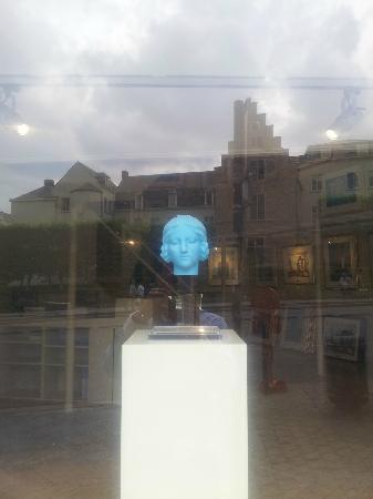 Musee Magritte Museum - Royal Museums of Fine Arts of Belgium : Magritte sculpture (Head)