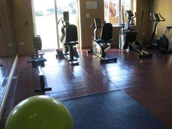 Lake Hotel: Very Small Gym With Obstructed Views