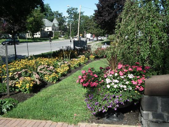 Union Gables Inn: Gardens out front