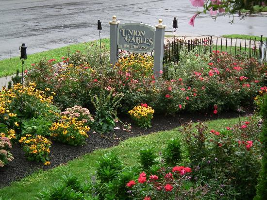 Union Gables Mansion Inn: Gardens out front