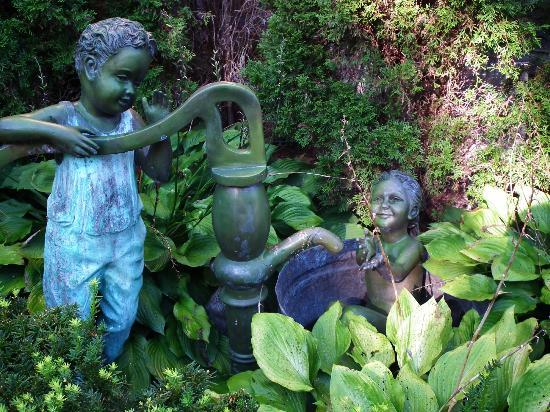 Union Gables Mansion Inn: Fountains on the property