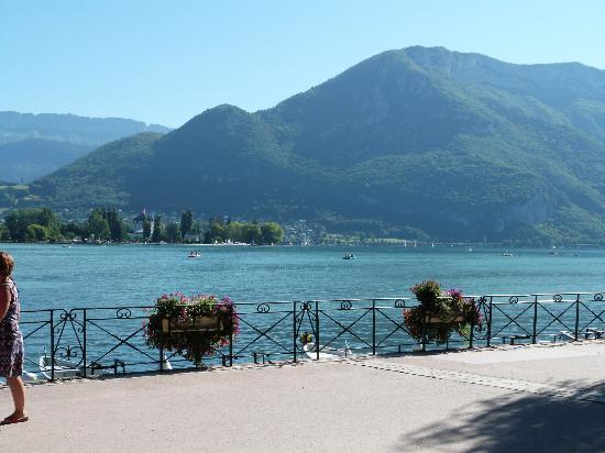 Lake Annecy Tourist Office: The lake from Annecy