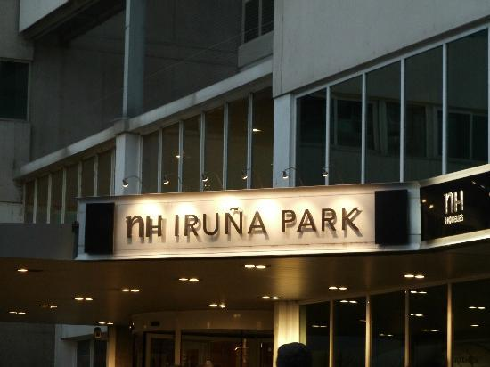 NH Pamplona Iruña Park: Outside of hotel at night