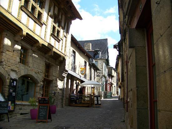 Hotel du Chateau : A side street of Vitre