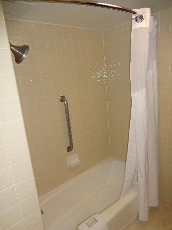 Holiday Inn Express San Antonio Airport: Bath - tub