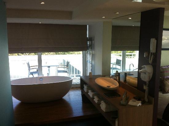 Hotel Le Grand Large : baignoire en ilo^t