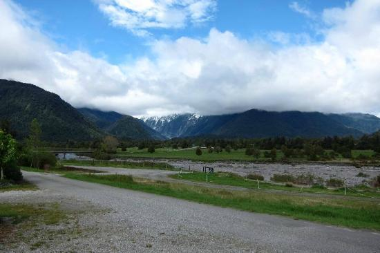 Glacier Cottages: View of the Franz Josef Glacier from the front of the cottage