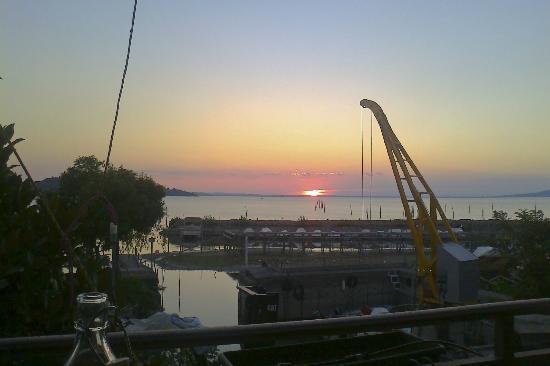 Osteria Rosso di Sera: vista del tramonto dalla veranda .... la gru serve solo per le barche !