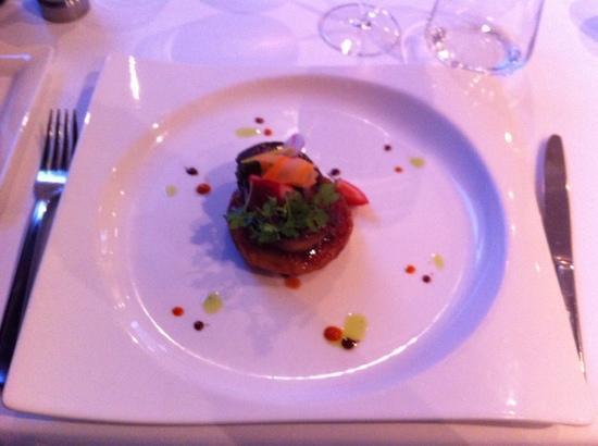 Le Ménestrel : foie gras poelé sur tarte fine fraise tomate