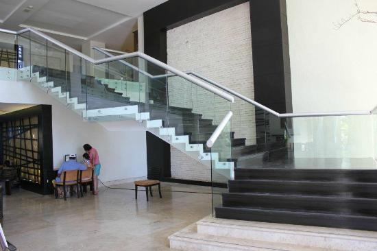 Casa Dorada Los Cabos Resort & Spa: Staircase from lobby down to pools/B Bar