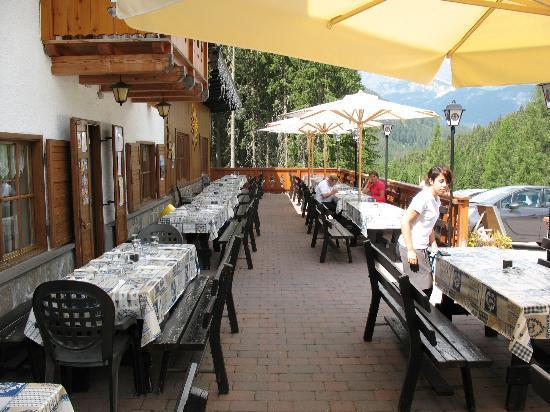Bar Ristorante Malga Al Crocefisso: Tavoli all'aperto