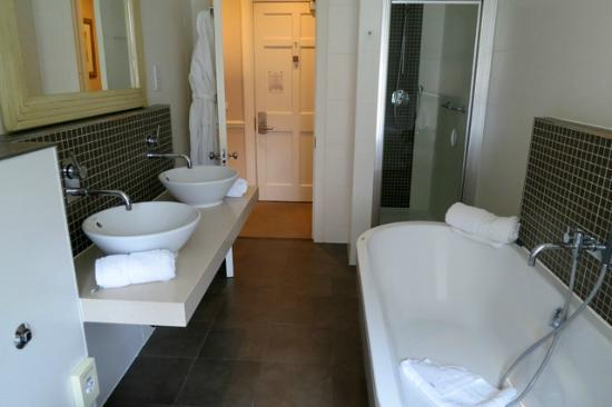 Montagu Place Hotel : Swanky room - bathroom