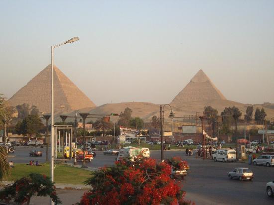 Mercure Cairo Le Sphinx : desde la terraza se ven las pirámides