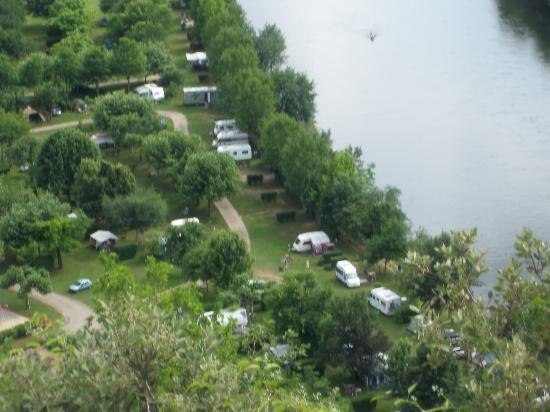 Beynac-et-Cazenac, Francia: The View of the Camping Site from Beynac Castle