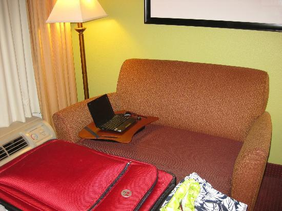 Hampton Inn Walterboro: Sofa area with coffee table.