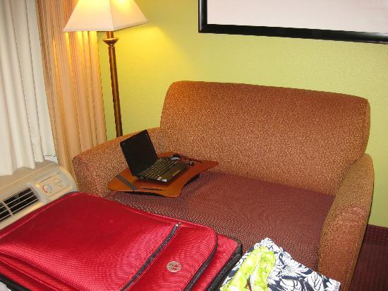هامبتون إن والتربورو: Sofa area with coffee table. 
