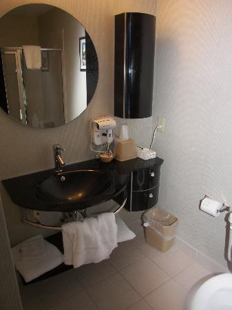 San's Boutique Hotel : Walk-in shower with tiled bench