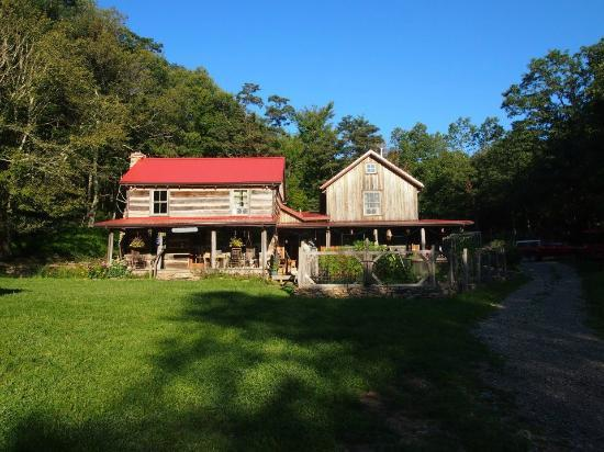 Woods Hole Hostel & Mountain Retreat: The main hostel building