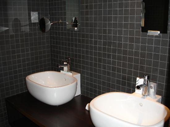 bagno - Picture of Dutch Design Hotel Artemis, Amsterdam - TripAdvisor