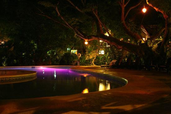 Hotel Bosque del Mar Playa Hermosa: The pool area at night