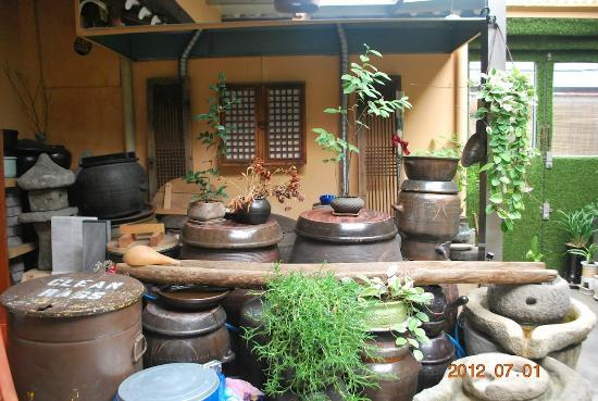 MaMa Hanok Guesthouse (Changdeok Palace): Variety of grains are stored in the house in these urns