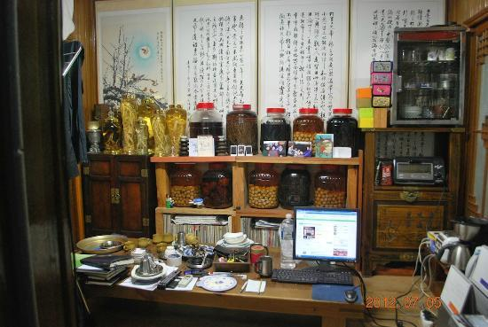 MaMa Hanok Guesthouse (Changdeok Palace): Mr. Ju's 'office'