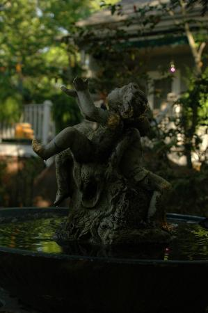 Ashford Manor Bed and Breakfast: Laughing cherubs in the garden.