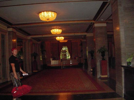 Renaissance Cleveland Hotel: lobby/fountain 