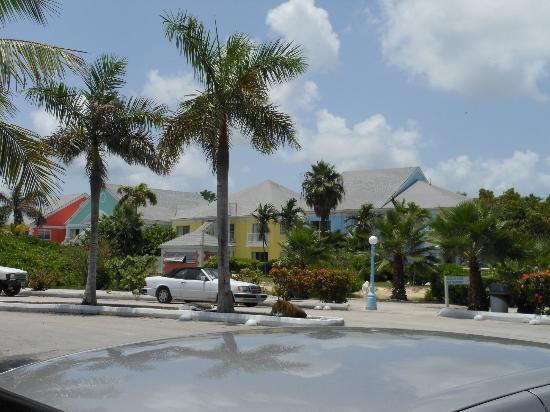 Sandyport Beach Resort: parking area