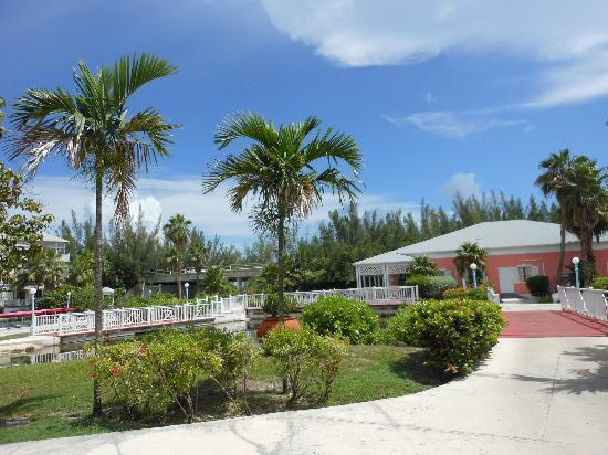 Sandyport Beach Resort: another walkway