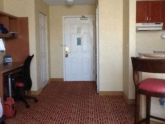 TownePlace Suites Milpitas Silicon Valley: Great open space. Desk on your left and kitchen on your right.