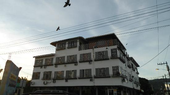 Hotel and Restaurant Sherwood: Hasta los pajaros huyen de ese lugar