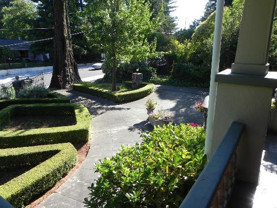 Calderwood Inn: Front Garden