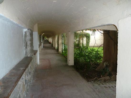 Hotel Hacienda Cocoyoc: Infinito pasillo hacia cuarto