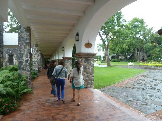 Hotel Hacienda Cocoyoc: Eterno pasillo hacia el lobby