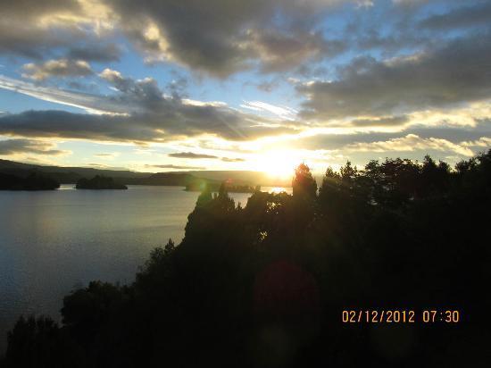 Hosteria La Balconada: Salida del sol desde la habitación con vista al lago