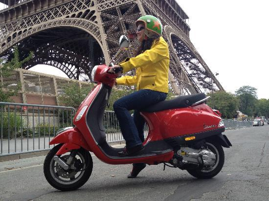 Ciao Paris : Red Vespa Liberty next to the Eiffel Tower