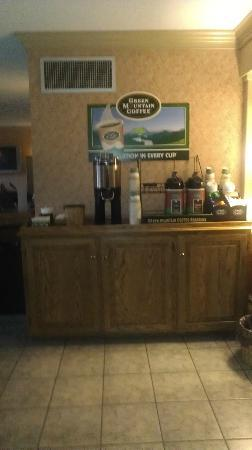 Best Western Plus Country Cupboard Inn: Coffee area just off the dining area