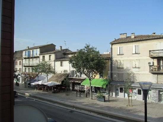 Logis Toppin Cavaillon Luberon : Looking onto the street from the front of the hotel lobby. Everything very close.