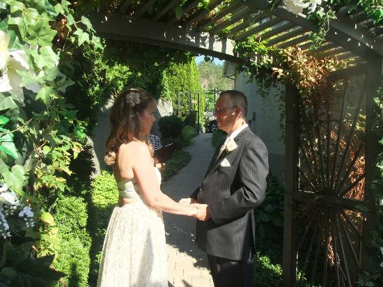 A Vista Villa Couples Retreat: Exchanging vows before their best friends & familyh