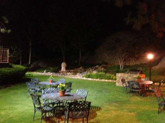 Ayres Lodge Alpine: Courtyard