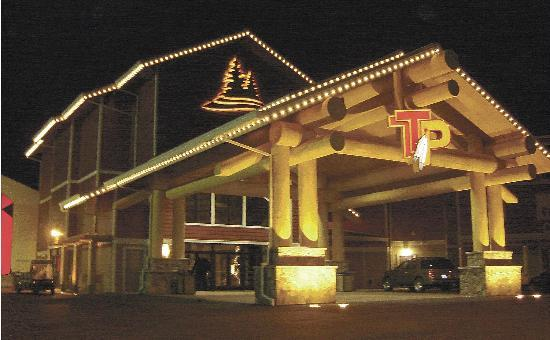 Twin Pine Hotel: Twin Pine Casino & Hotel at night.