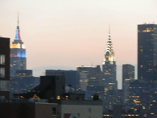 โรงแรมเวิร์ฟ: the empire state building and the chrysler building, view from the hotel roof