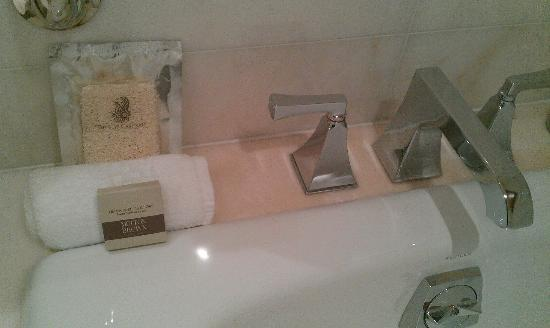 The Ritz-Carlton, Toronto: Bathroom fittings and amenities are highest quality