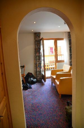 Hotel Chesa Rosatsch - Home of Food: Vue de l'entrée (armoires en bois, coffre et penderies sur la gauche)